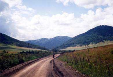 Фото 2. Спуск с перевала Комар к деревне Белое
